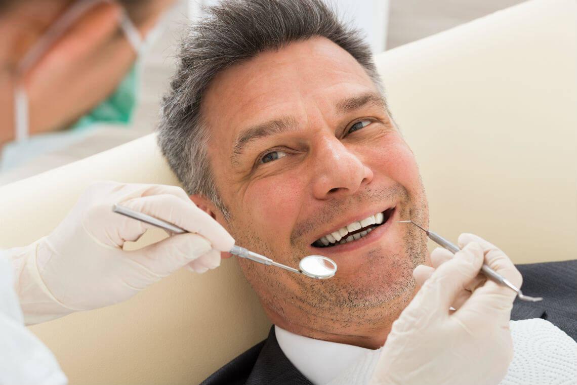 Hombre empaste dental