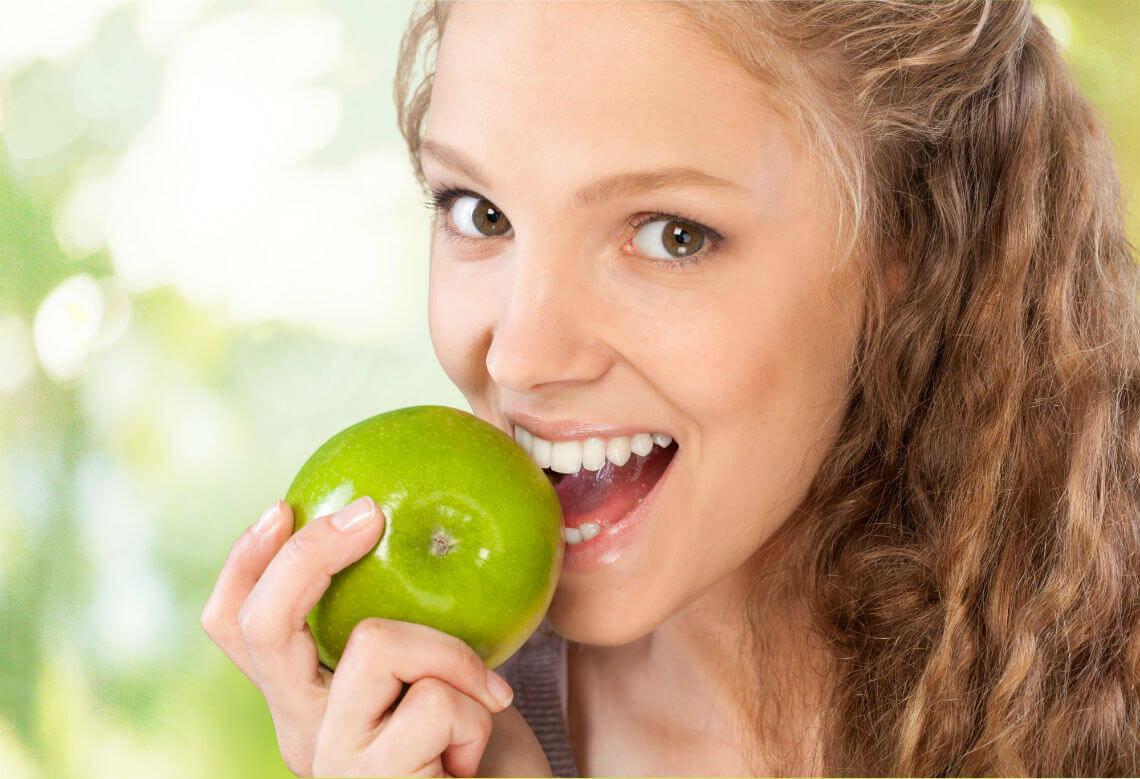 chica mordiendo manzana