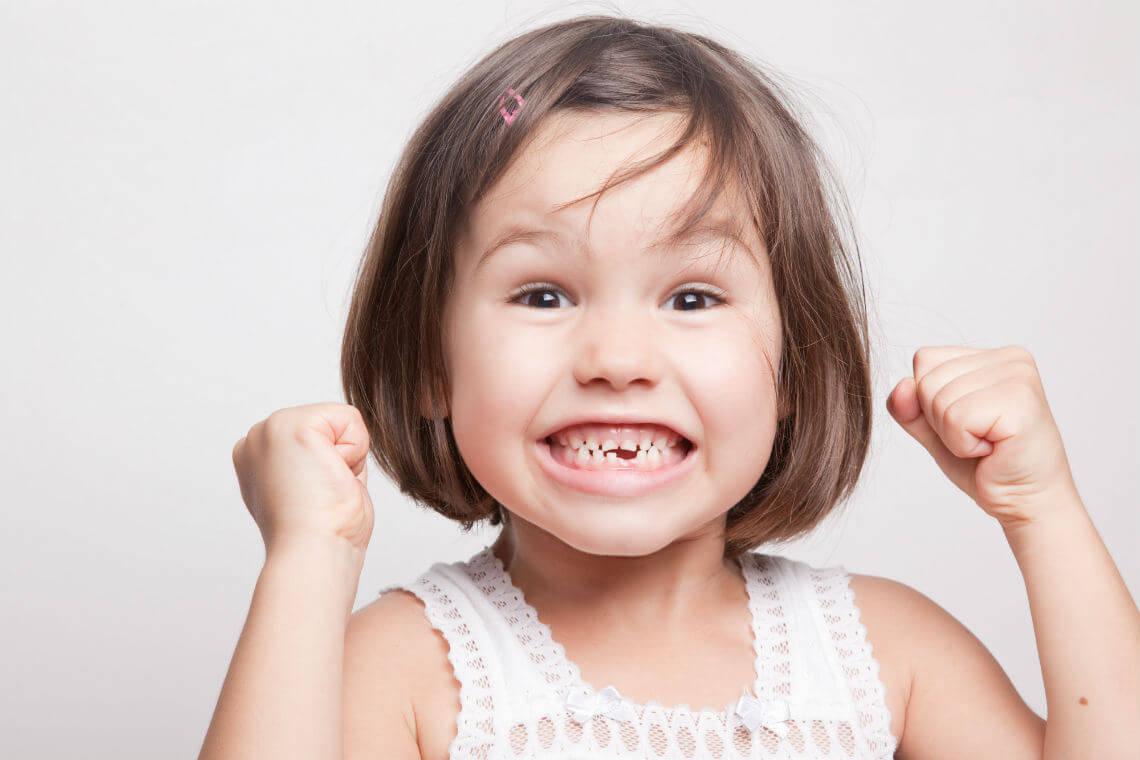 Niña primeros dientes