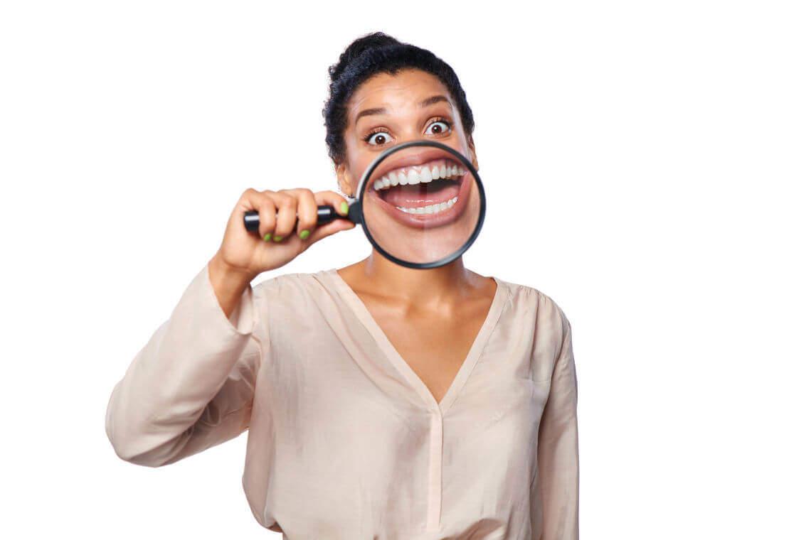 chica con dientes grandes