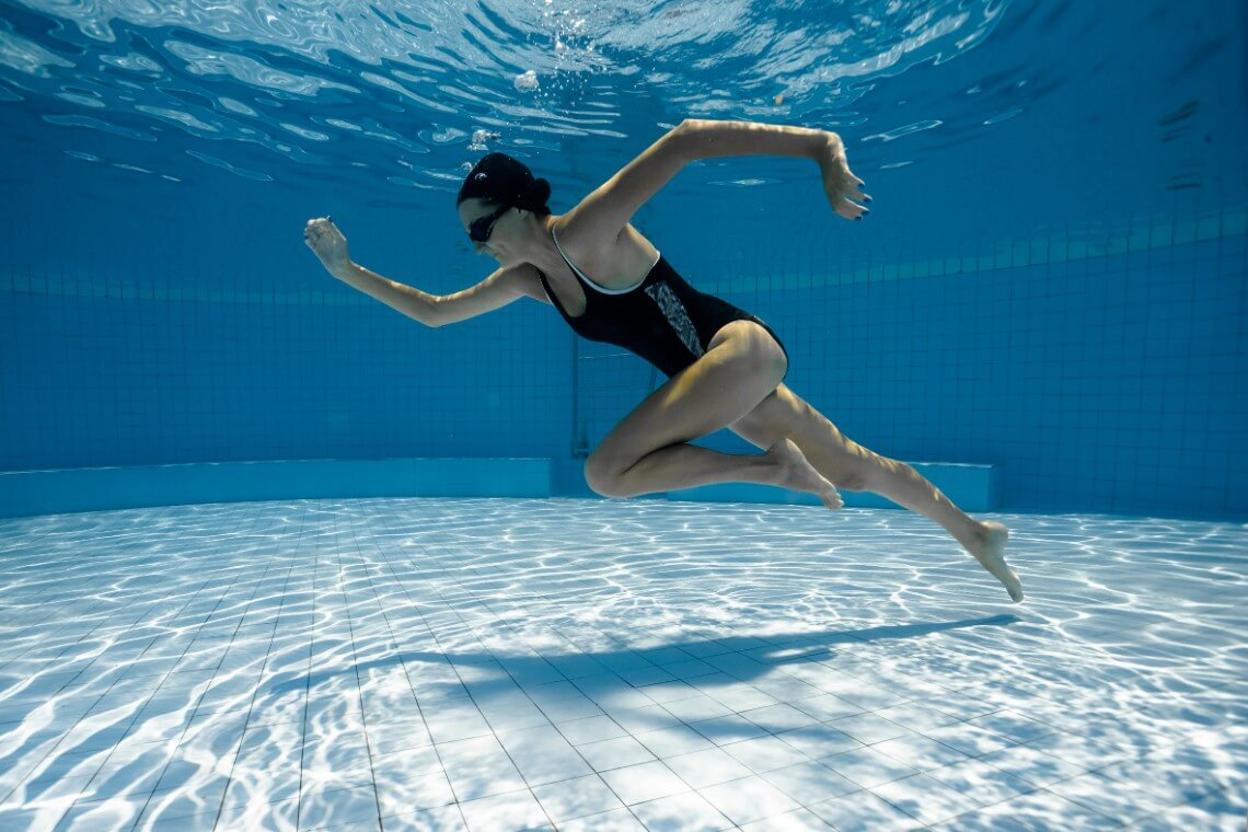 Deportista entrenando en piscina